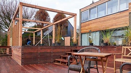 Grote tuin met vlonder en veranda